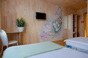 A bed or beds in a room at Hotei