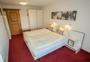 A bed or beds in a room at Kessler's Kulm