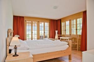 A bed or beds in a room at Chalet Heimat - GriwaRent AG