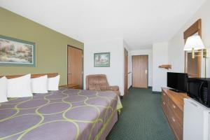 A bed or beds in a room at Super 8 by Wyndham Chillicothe