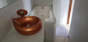 A bathroom at Apartamentos Casa da Pedra