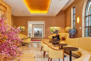 The lounge or bar area at Orchard Hotel