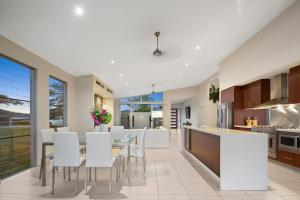 A kitchen or kitchenette at Whitsunday Views - Airlie Beach