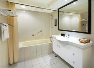 A bathroom at Green Garden Apartments-A