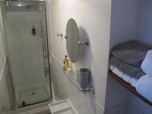 A bathroom at Stone's Throw Guest House