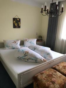 Ein Bett oder Betten in einem Zimmer der Unterkunft Ferienwohnungen Kathrein