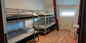 Våningssäng eller våningssängar i ett rum på Baggetorps Vandrarhem