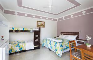 Uma ou mais camas em beliche em um quarto em Pousada Igarapé