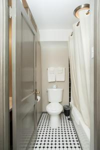 A bathroom at Gardner Hotel