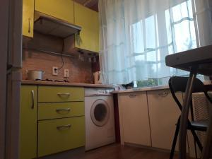 A kitchen or kitchenette at Apartment on Uglichskaya 29