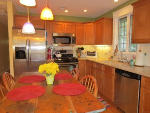 A kitchen or kitchenette at Fairview Cottage