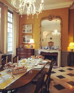 A restaurant or other place to eat at Chambre d'hôte Manoir de Clairbois