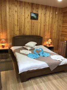 A bed or beds in a room at Guesthouse BAIKAL CEDAR