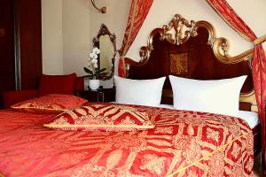 A bed or beds in a room at Albergo City Hotel Berlin