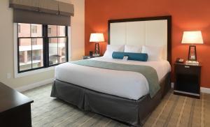 Кровать или кровати в номере Pavilion Grand Executive Apartments