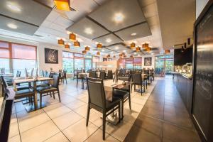 Ein Restaurant oder anderes Speiselokal in der Unterkunft Mandarina Hotel Luxembourg Airport