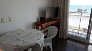 A television and/or entertainment centre at Apartamento Beira mar