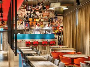 The lounge or bar area at ibis Styles London Ealing