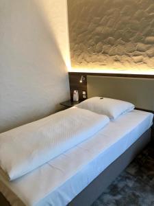 Ein Bett oder Betten in einem Zimmer der Unterkunft Hotel Am Park