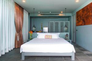 Кровать или кровати в номере Sunsuri Phuket