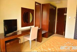 A television and/or entertainment centre at Hotel Atina