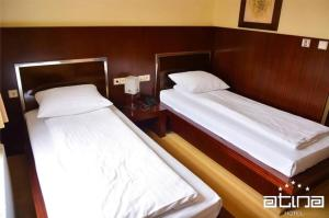 A bed or beds in a room at Hotel Atina