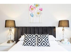 A bed or beds in a room at Resort Style CBD Apartment with Parking