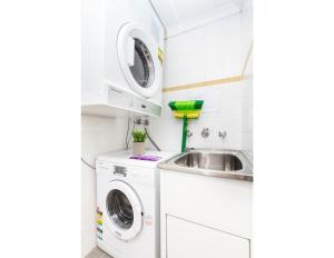 A kitchen or kitchenette at Resort Style CBD Apartment with Parking