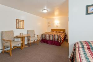 A bed or beds in a room at All View Motel