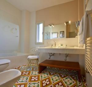 A bathroom at Hotel Santa Coloma del Camino