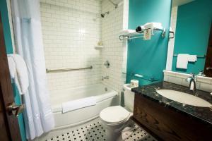 A bathroom at Hume Hotel & Spa
