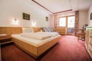 A bed or beds in a room at Berghotel Schlickeralm 1.616 m