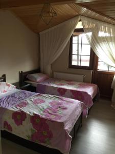 سرير أو أسرّة في غرفة في يلديز بانسيون