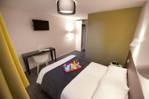 A bed or beds in a room at Hôtel Du Port