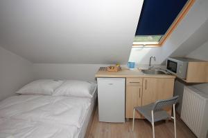 A kitchen or kitchenette at Willa Park Apartamenty