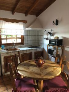 Una cocina o zona de cocina en Viviendas Barranco de la Vieja