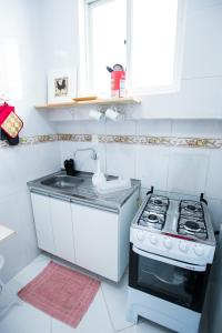 A kitchen or kitchenette at Sossego na Cidade Baixa