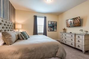 A bed or beds in a room at Encore Resort Reunion 8 Bd Sleeps 17 w Pool & Spa Close to Disney 461