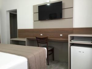 Uma TV ou centro de entretenimento em Hotel Romer