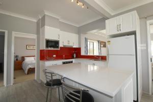 A kitchen or kitchenette at Beachfront 6, 25 Willow Street