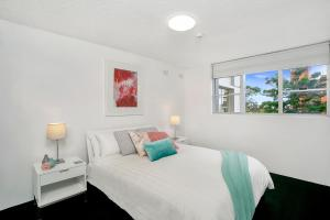A bed or beds in a room at Modern 2BR Apartment with Views HARIS