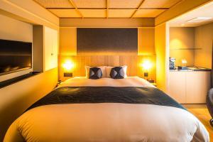 A bed or beds in a room at Nagi Kyoto Arashiyama