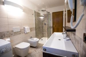 A bathroom at Appartamenti Cèsa Crepa Neigra