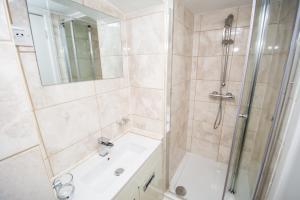 A bathroom at NormanHurst Hotel