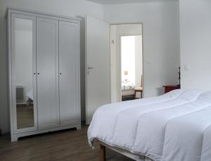 A bed or beds in a room at Gite de la Cour Basse
