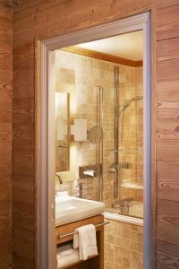 A bathroom at Hôtel des Trois Vallées