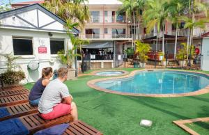 The swimming pool at or near Brisbane Backpackers Resort