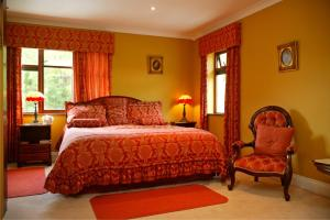 A bed or beds in a room at Hanora's Cottage Guesthouse and Restaurant