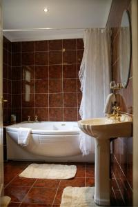 A bathroom at Hanora's Cottage Guesthouse and Restaurant