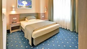 سرير أو أسرّة في غرفة في St.Joseph Hotel Hamburg - Reeperbahn St.Pauli Kiez
